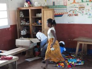 2014-07-12  Kleiderverteilung im Kinderheim (111)