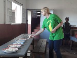 2014-07-12  Kleiderverteilung im Kinderheim (113)