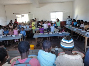 2014-07-12  Kleiderverteilung im Kinderheim (123)