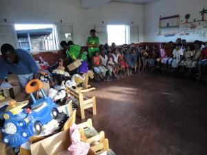 2014-07-12  Kleiderverteilung im Kinderheim (28)