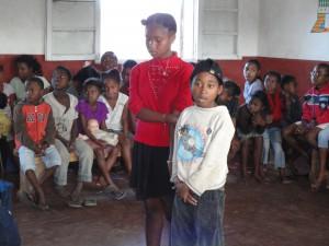 2014-07-12  Kleiderverteilung im Kinderheim (34)