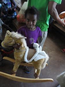 2014-07-12  Kleiderverteilung im Kinderheim (53)