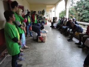 2014-07-15  Kleiderverteilung im Lepra-Dorf (1)