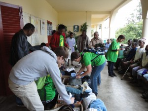 2014-07-15  Kleiderverteilung im Lepra-Dorf (10)