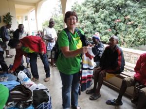 2014-07-15  Kleiderverteilung im Lepra-Dorf (13)