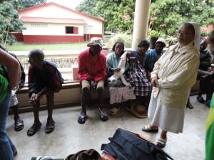 2014-07-15  Kleiderverteilung im Lepra-Dorf (14)