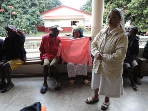 2014-07-15  Kleiderverteilung im Lepra-Dorf (15)