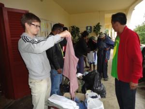 2014-07-15  Kleiderverteilung im Lepra-Dorf (16)