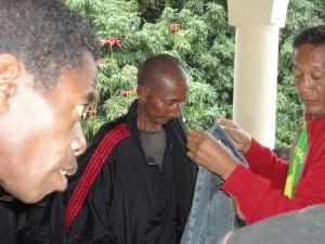 2014-07-15  Kleiderverteilung im Lepra-Dorf (18)