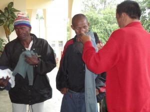 2014-07-15  Kleiderverteilung im Lepra-Dorf (19)