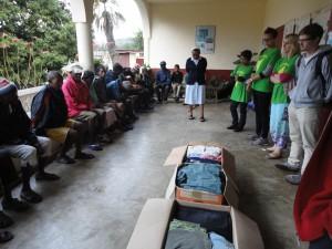 2014-07-15  Kleiderverteilung im Lepra-Dorf (2)