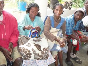 2014-07-15  Kleiderverteilung im Lepra-Dorf (27)