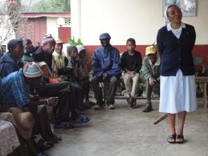 2014-07-15  Kleiderverteilung im Lepra-Dorf (3)