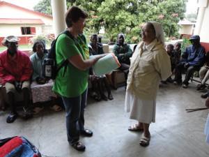 2014-07-15  Kleiderverteilung im Lepra-Dorf (5)