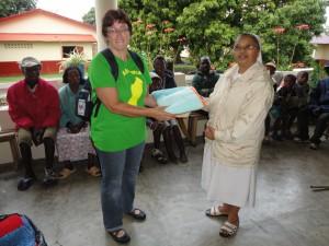 2014-07-15  Kleiderverteilung im Lepra-Dorf (6)