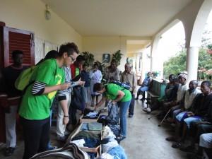 2014-07-15  Kleiderverteilung im Lepra-Dorf (7)