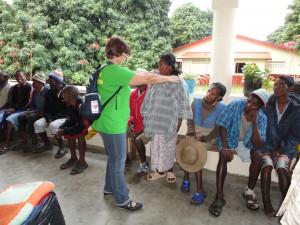 2014-07-15  Kleiderverteilung im Lepra-Dorf (9)